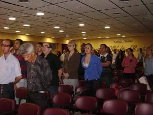 Mesa e público durante o hino nacional