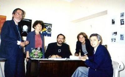 """Ato de assinatura do convênio para o curso """"Educação para a Cidadania"""". Representantes do IPEPE, UFPE, GAJOP, ASP e Secretaria de Justiça de Pernambuco."""