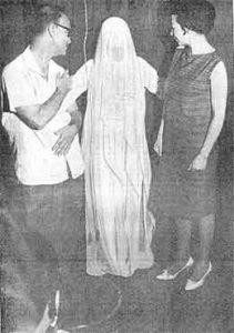 Materialização de Irmã Josefa. A  entidade  está  ao lado de Francisco Cândido Xavier e Wanda Marlene. A foto de Nedyr  Mendes  da Rocha, foi tirada na presença de equipe médica.